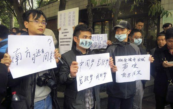 Silenciamiento. Un grupo de periodistas chinos protesta contra la censura y la detención de algunos colegas.