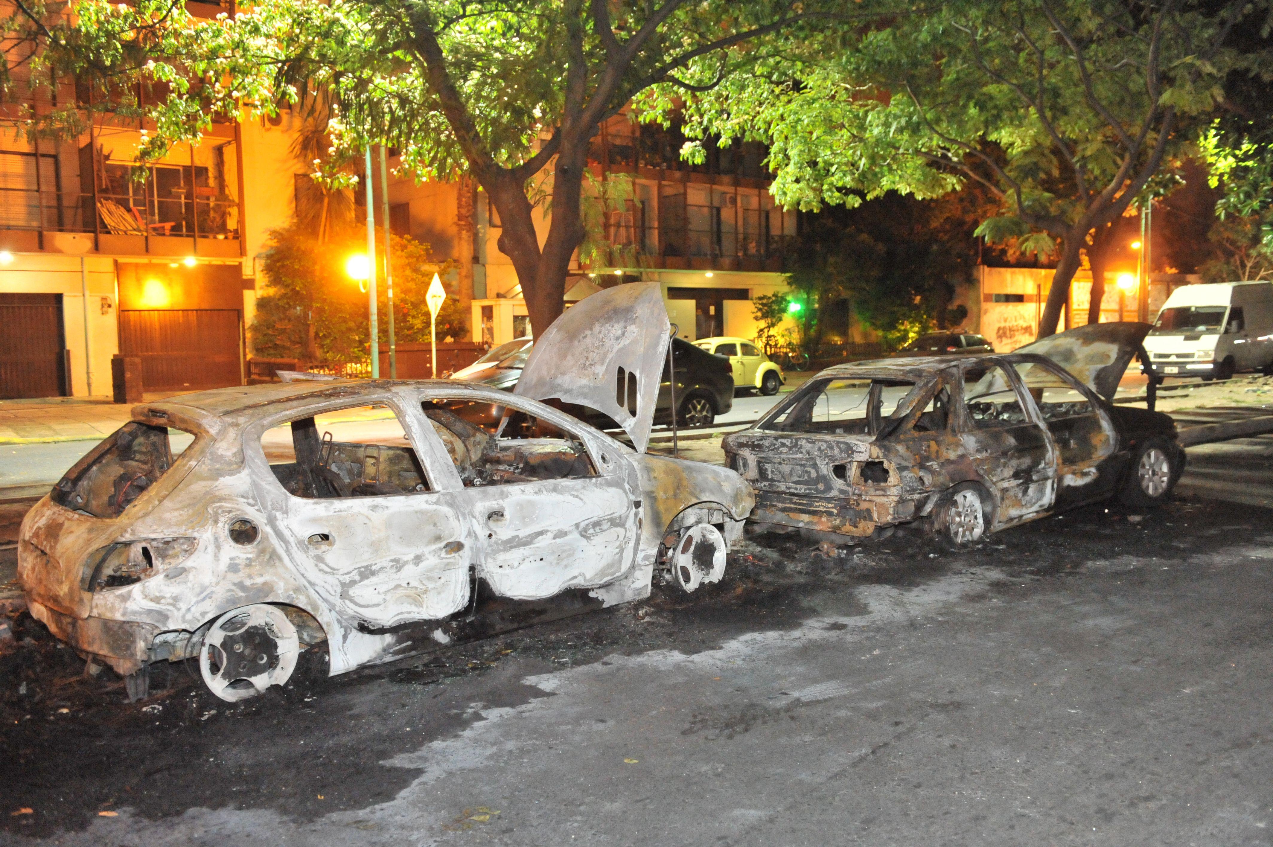 Los autos que fueron incendiados anoche en el barrio porteño de Saavedra. (Foto: Télam)