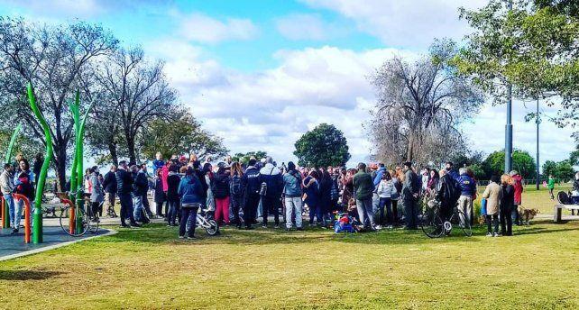 Cientos de personas rompieron las restricciones y se juntaron en el parque de la Colectividades