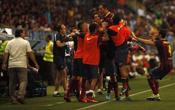 Todos con Adriano. Los jugadores catalanes abrazan al autor del gol de la victoria.