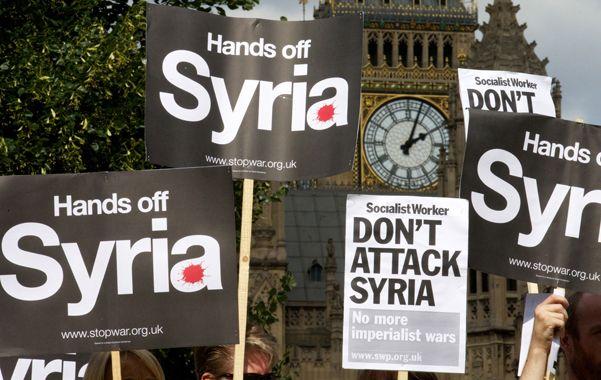 Rechazo. Los británicos que se oponen a un conflicto armado en Siria manifestaron ayer frente al Parlamento.