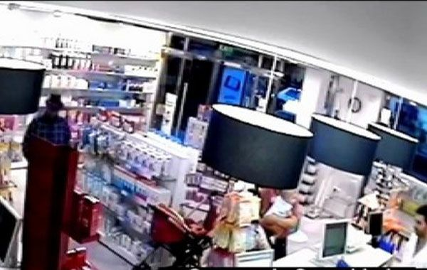 La imagen de la cámara de seguridad de la farmacia muestra al asaltante a punto de actuar.