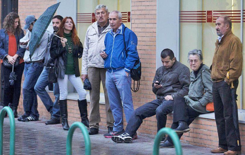 Una fila de desocupados espera turno frente a una oficina estatal de empleo en Madrid.
