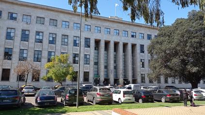 Las maniobras se triangulaban en dos juzgados civiles, dentro de los Tribunales provinciales, con la colaboración de un empleado bancario, abogados y un martillero.