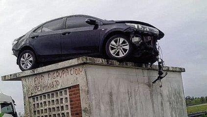 Automóvil voló por el aire y quedó sobre una garita de colectivos