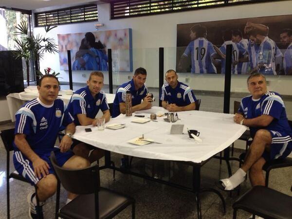 Mascehrano subió esta mañana una foto del desayuno junto a integrantes del cuerpo técnico. (Twitter @Mascherano)