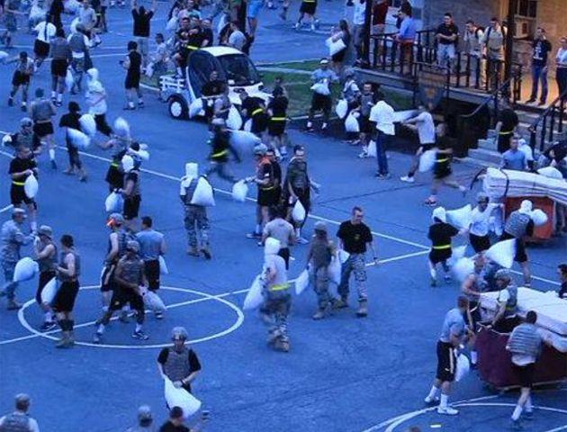 Una pelea de almohadas entre cadetes militares terminó con 30 heridos