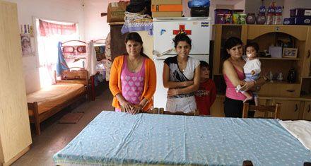 Una familia con seis hijos vive en la sala de jardín de una escuela rural