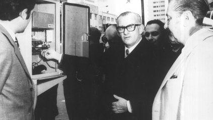 El intendente Benetti Aprosio, junto a otros funcionarios, en la inauguración de un sistema de luminarias.
