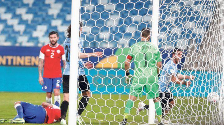 Iguales. Lucho Suárez ya marcó el empate celeste y sale a gritarlo con alma y vida.