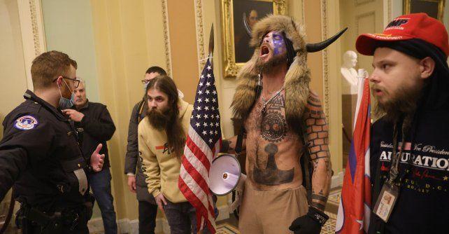 El miércoles enardecidos fanáticos del presidente de EEUU Donald Trump invadieron a la fuerza el Capitolio.