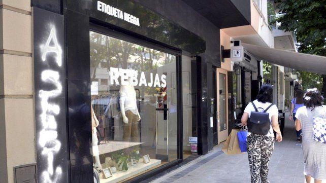 Repudio. El frente del local de Etiqueta Negra vandalizado en La Plata.