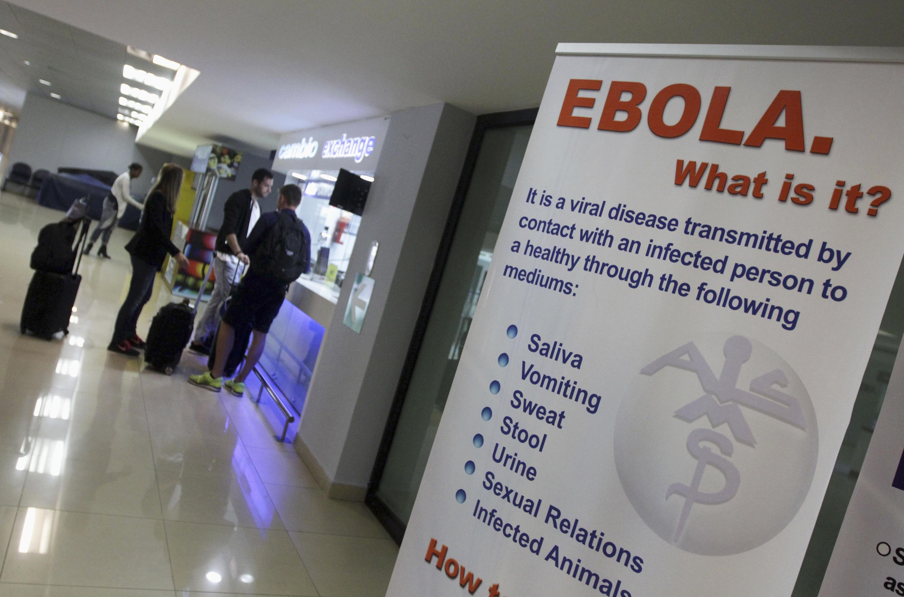 Un cartel de advertencia en un aeropuerto con las medidas para prevenir la enfermedad. (Foto de archivo: Reuters)