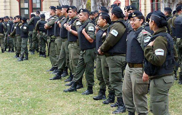 Recién llegados. Un grupo de gendarmes espera instrucciones