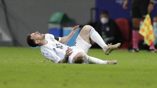 Leo sufrió un duro planchazo de Fabra que le hizo sangrar el tobillo. Foto Eraldo Peres. AP.