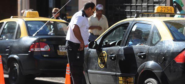 El municipio intensificó los controles sobre los taxistas. (Foto: L. Vincenti)