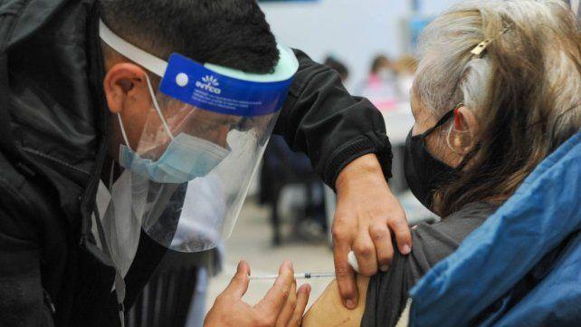 Mayores de 80 años generaron anticuerpos similares después de la dosis de dos vacunas