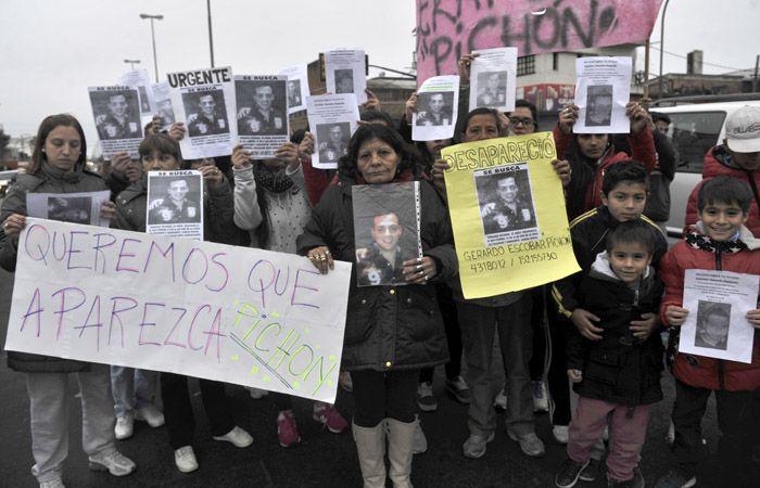 Los familiares vuelven a marchar por la aparición del joven. (Foto: Virginia Benedetto)