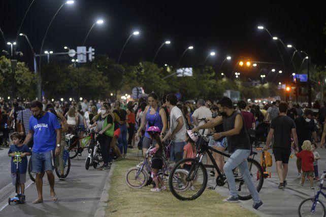 Una multitud se sumó anoche a la primera Calle Recreativa nocturna.