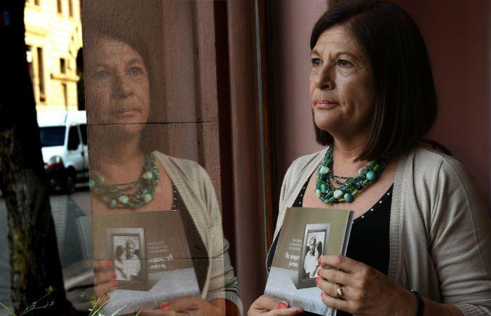 El libro de Ana Moro repasa las vivencias de su juventud con su hermana gemela y su cuñado desaparecidos.