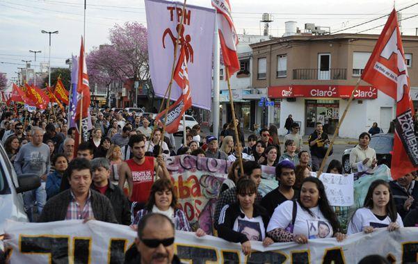 La marcha. La multitud de desplazó por la avenida San Martín