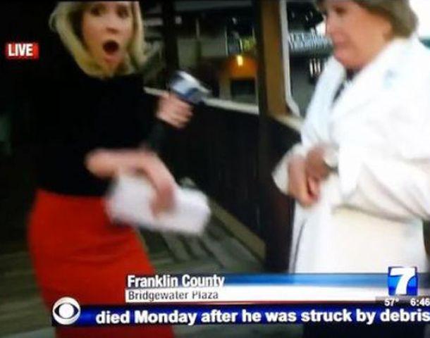 La periodista se sorprende ante el impacto que da contra el camarógrafo en plena nota.
