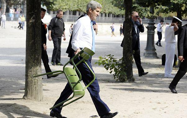 Empeño. Kerry se busca una silla en el parque de Las Tullerías