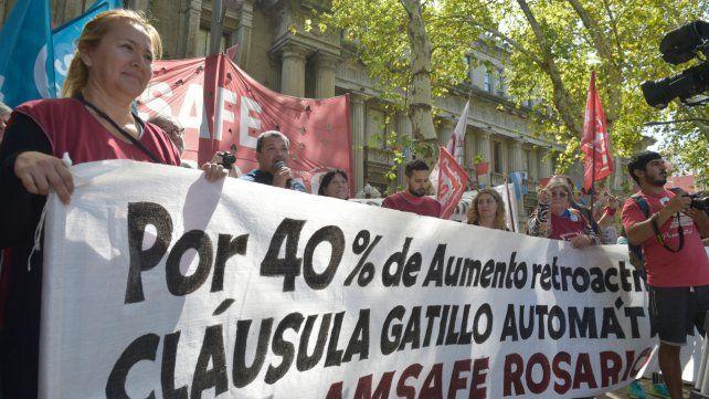 Viejo reclamo. Un grupo de docentes exige la aplicación de la cláusula gatillo durante una protesta en 2019. El mecanismo de actualización de salarios tiene los días contados.