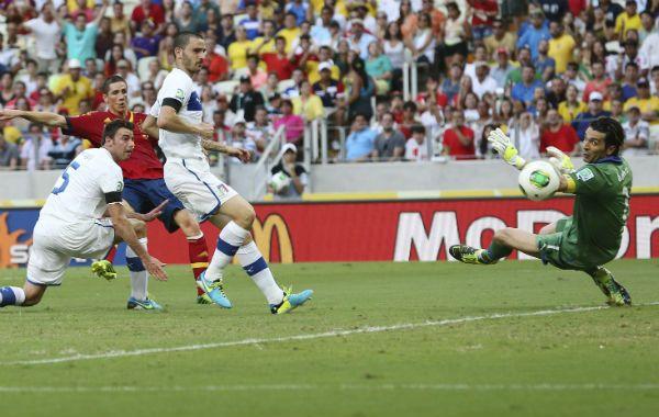 Buffon desvía un remate de Torres