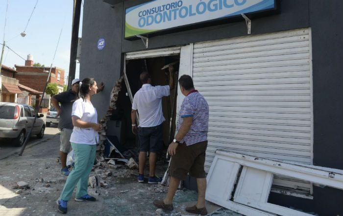 Así quedó el frente del consultorio tras ser embestido por el utilitario. (Foto: S. Salinas)