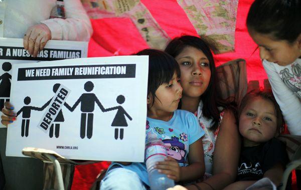 Familias de inmigrantes realizaron una vigilia para reclamar la aprobación de la norma.