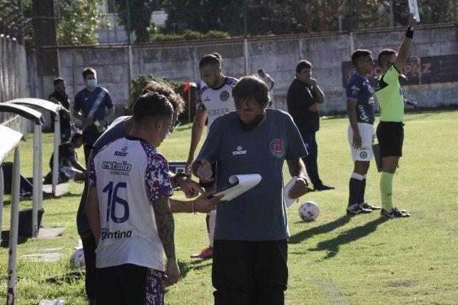 El DT charrúa: Juan Rossi es el responsable el equipo que marcha puntero e invicto en la Primera C.