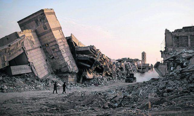 devastación. Montañas de escombros en el centro de Mosul. Aún había combates con milicianos aislados.