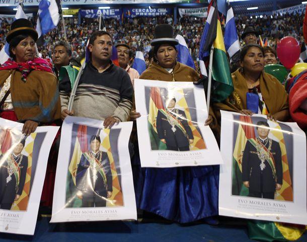 Más de 3.000 personas se reunieron en La Paz en un acto de desagravio al presidente Morales.