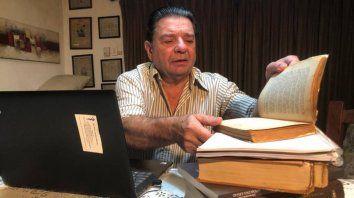 El médico Carlos Alonso lleva un registro de los pacientes a los que le suministró la droga.