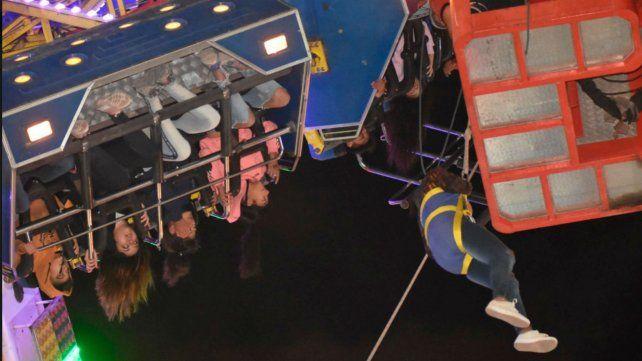 Rescatan a 36 personas suspendidas en el aire en un parque de diversiones