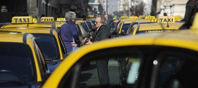 Los taxistas reaccionaron con una movilización luego de que la jueza