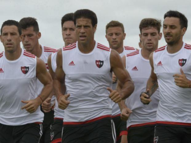 Práctica. Domínguez y Scocco encabezan el trote. ¿Nacho quedará afuera?