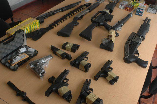 Las diez armas que tenía Mario Segovia en su casa de Fisherton cuando lo allanaron en 2008.
