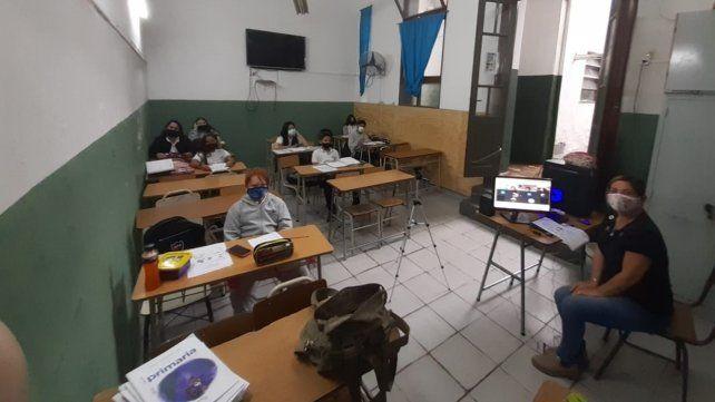 Mientras la mitad del curso asiste a clases presenciales