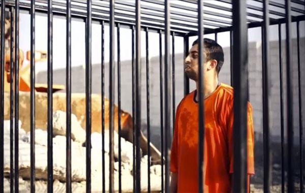 Una captura del video que muestra a quien podría ser Muath al-Kasaesbeh antes de ser quemado vivo.