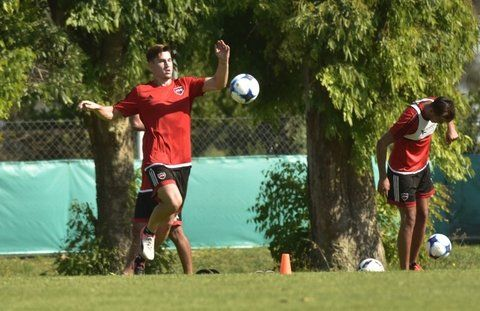 Con pelota. Isnaldo entrenó con el grupo en Mar del Plata. Ahora practica en soledad.