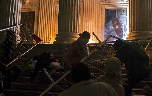 Ls manifestantes llegaron hasta las escalinatas del Palacio Tiradentes