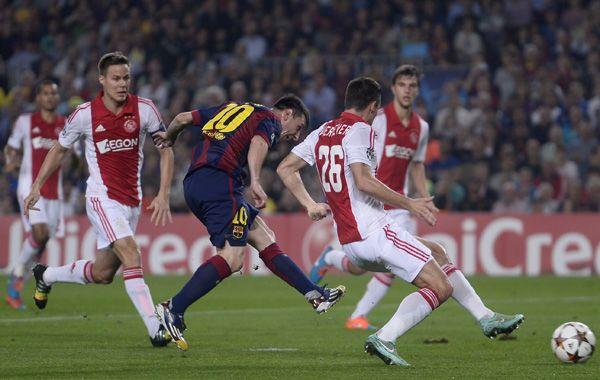 Messi saca el remate que se convertirá en el segundo gol de Barcelona ante Ajax.