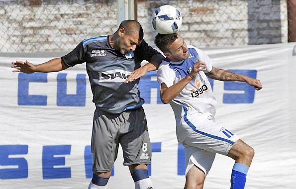 Salto peleado. Juan Cordero y Facundo Camafreita disputan el balón. El Salaíto se quedó con tres puntos clave en la lucha por el ascenso a la Primera C.