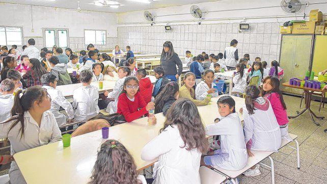Almuerzo. Los chicos de la escuela del barrio Nuevo Alberdi