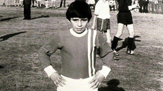 Maradona con la casaca de los Cebollitas de Argentinos Juniors y ya amasaba los sueños de gloria.