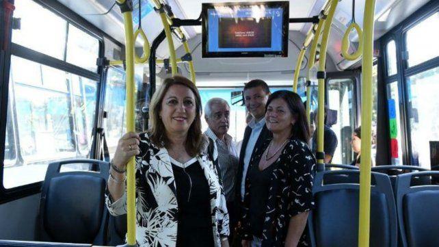 La intendenta Mónica Fein y la responsable del área de Transporte Mónica Alvarado.