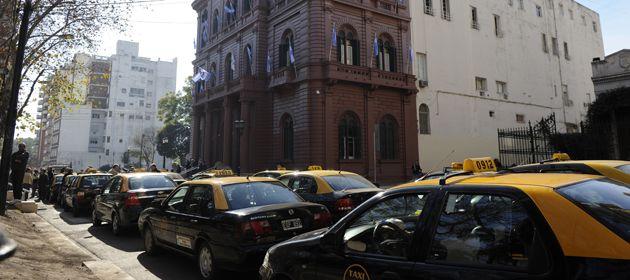Los taxistas piden no dilatar el aumento de tarifas.