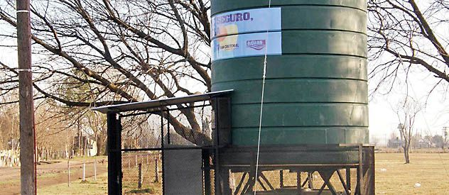 La cisterna y el novedoso equipo expendedor de agua.